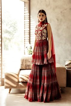 Party Wear Indian Dresses, Designer Party Wear Dresses, Pakistani Dresses Casual, Indian Gowns Dresses, Indian Fashion Dresses, Dress Indian Style, Pakistani Dress Design, Indian Designer Outfits, Indian Outfits