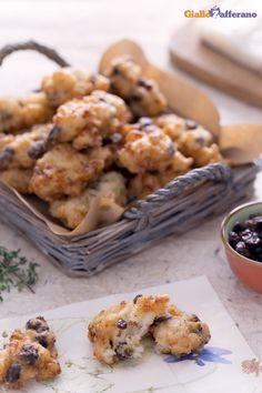 Le #frittelle di bacclà con #uvetta (salt #cod #fritters with raisins) sono delle piccole pepite fritte molto gustose e particolari per l' accostamento dolce-salato che l'uvetta crea insieme al baccalà. #ricetta #Giallozafferano #italianfood #recipe #baccala