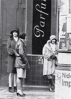 Streetwalkers in Weimar Berlin, 1920's. Cabaret, Belle Epoque, Roaring Twenties, The Twenties, Old Pictures, Old Photos, French Pictures, Berlin Spree, Flappers