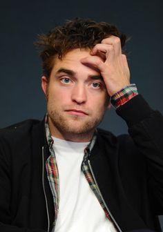 """Pin for Later: Robert Pattinson's süßeste und lustigste Grimassen """"Oh nein, ich hätte mir nicht in die Haare fassen sollen, oder?"""""""