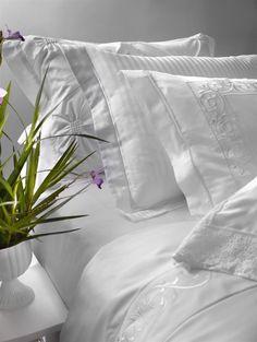 Wedding - A linha Wedding representa o romantismo, a sedução e a elegância. O traço ornamental do bordado presente nos itens do jogo de cama lembra os itens utilizados na decoração deste dia marcante, único e especial.
