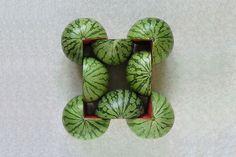 geometrisch/organisch -  De watermeloenen zijn organisch maar ze vormen een vierkant ( geometrisch ) in het midden.