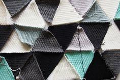 Näin instagramissa kuvan virkatuista kolmioista eri väreissä, ja siitä lähtien olen ollut koukussa (sanan kummassakin merkityksessä...