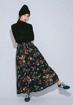 レトロガーリーな花柄のマキシスカートは、スニーカーやニット帽を合わせてカジュアルに着こなすのがおすすめです。