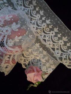 j 268 Encaje punto de aguja en color marfil a crudo, precioso trabajo y bellísima estética años 1920