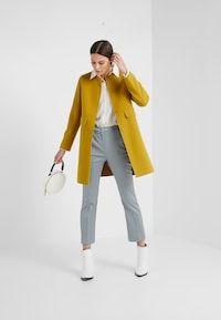 WEEKEND MaxMara GUINEA - Kort kåpe / frakk - gelb - Zalando.no Max Mara, Normcore, Coats, Style, Fashion, Yellow, Moda, La Mode, Fasion