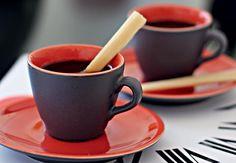 O cafezinho ganha outra cara com estes mexedores feitos de cana-de-açúcar. Basta descascar e cortar um pedaço de cana em pequenos bastonetes. Depois, o talher orgânico vira um docinho natural para ser mordiscado