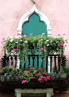 Venice balcony with geraniums #pink #green #places #travel #Italy #Europe