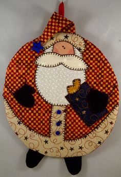 Santa Mug Rug. Rather like the term Mug Rug instead of coaster. Christmas Mug Rugs, Christmas Sewing, Christmas Projects, Christmas Ornaments, Xmas, Fabric Crafts, Sewing Crafts, Diy Crafts, Small Quilts