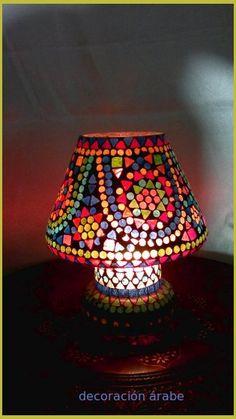 - Lámpara de Cristal Mosaico de Mesa - Decoración Árabe  Lámpara de Cristal Mosaico de Mesa.    Seductora lámpara e cristal tipo mosaico, intimidad y colorido para la mesilla de noche o en un rincón de su casa.    Medidas: 24cm x 18cm.