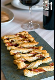 It´s an easy appetizer made with puff pastry, Parma ham and herbs de Provence (in Spanish). Has translator button. Easy Appetizer Recipes, Appetizers, Easy Appies, Pork Recipes, Healthy Recipes, Recipes From Heaven, Quiche Lorraine, Clean Eating Snacks, Finger Foods
