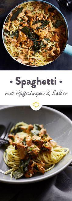 Schwenk deine Spaghetti in einer frischen Pfifferling-Pfanne mit Weißwein und Sahne und top das Ganze mit frittiertem Salbei - es lohnt sich!