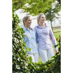 Getailleerde blouse met lange mouwen en 2 borstzakken van 50% katoen/50% polyester. Ademend en onderhoudsvriendelijk. kan tot 30 graden in de wasmachine en tevens in de droogtrommel