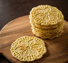 Authentic Pizzelle - Italian Waffle Cookies from Liren Baker Pizzelle Cookies, Pizzelle Recipe, Waffle Cookies, Pizzelle Maker, Italian Cookies, Italian Desserts, Italian Recipes, Biscotti, Cookies Decorados