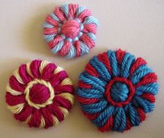 beautiful LOOM flowers - ideas on this excellent site ♥ great patterns. thanks so for share xox Spool Knitting, Loom Knitting Projects, Loom Knitting Patterns, Yarn Projects, Crochet Patterns, Loom Flowers, Knitted Flowers, Fabric Flowers, Crochet Crafts