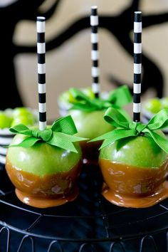 Green & Black Skeleton Halloween Party Cutest caramel apples ever! Perfect for color coordinating for Halloween and fall parties! Love black and white stripes! Halloween Goodies, Halloween Food For Party, Holidays Halloween, Halloween Treats, Happy Halloween, Halloween Apples, Adult Halloween, Halloween Makeup, Halloween Tips