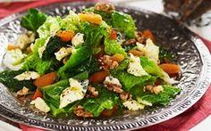 Savoijinkaalisalaatti sopii erityisesti sinihomejuuston ystäville! Savoy Cabbage, Cabbage Salad, Blue Cheese, Sweet And Salty, Something Sweet, Avocado Toast, Cobb Salad, Green Beans, Lunch