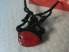 Collana con ceramica rossa in macramé