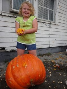 Honey Boo Boo and her family decorate their home for Halloween