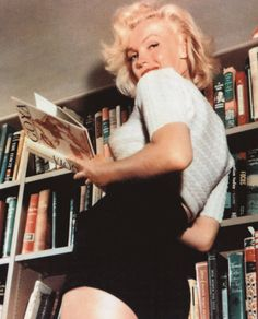 a list of the books owned by Marilyn Monroe, courtesy of Booktryst.she was so well read! the list here is easier to look through as it arranged her library by topics. wow, Marilyn (or shall I say Norma Jean) was such an intriguing, amazing person. Divas, Brigitte Bardot, Classic Hollywood, Old Hollywood, Fotos Marilyn Monroe, Marylin Monroe Style, Norma Jean Marilyn Monroe, Yasmine Bleeth, Beautiful People