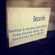 Depuis quelques temps, le street artist bordelais ARDPG, basé à Paris, s'amuse à coller de faux panneaux et messages dans le métro parisien, parodiant les consignes de sécurité et de savoir vivre avec beaucoup d'humour !