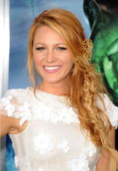 """A diva Blake Lively vive posando para os fotógrafos com penteados lindos e românticos! Este foi o eleito para o lançamento do filme """"Lanterna Verde"""", em Los Angeles, nos Estados Unidos."""