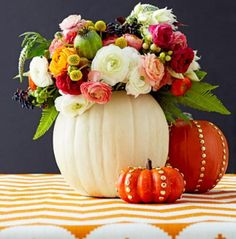 a pretty fall flower display using pumpkins! Great for you next party! #halloween #fall #pumpkins Premier Halloween, Easy Halloween Crafts, Theme Halloween, Fall Crafts, Fall Halloween, Halloween Decorations, Pretty Halloween, Fall Decorations, Halloween Flowers