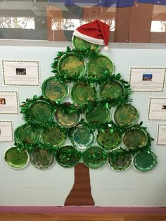 Christmas tree made from plastic plates my toddlers decorated. Isn't it cute ! So quick and easy to make and looks amazing .