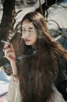 ART: Scarily Realistic Oil Paintings by Yigal Ozeri What kind of fucking sorcery? Today we're delighted to bring you some of the most hyperreal artwork our eyes have ever seen. Yigal Ozeri is a New York-based artist, originally from Israel. Hyper Realistic Paintings, Realistic Drawings, Art Hyperréaliste, Hyperrealistic Art, Bo Bartlett, Alex Colville, Graphite Drawings, David Hockney, Spring Art