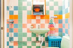 Home Tour: setentinha Surf House, Quirky Bathroom, Bathroom Interior, Colorful Bathroom, Nautical Bathrooms, Bathroom Goals, Interior Architecture, Interior And Exterior, Chinoiserie