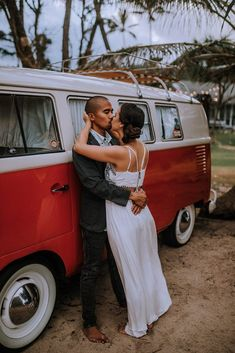 How to Elope on Oahu, Hawaii by Anela Benavides Photography. Includes posing inspiration for an elopement