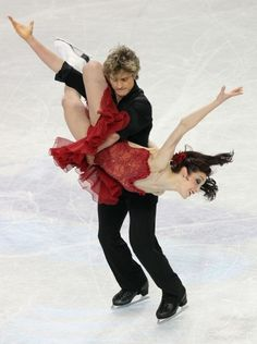 Charlie White Photos - Meryl Davis and Charlie White compete in the Championship Dance Short Dance during the U. Figure Skating Championships at the Greensboro Coliseum on January 2011 in Greensboro, North Carolina. Pairs Figure Skating, Figure Ice Skates, Ice Skating Pictures, Gracie Gold, Ballet Music, Meryl Davis, Dancing Figures, Dance Shorts, Ice Skaters