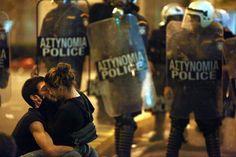 Αθήνα: Παθιασμένο φιλί εν μέσω επεισοδίων