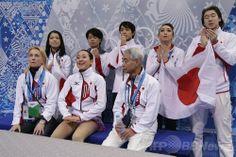 ソチ冬季五輪、フィギュアスケート団体戦、女子シングル・ショートプログラム(SP)。演技を終え、キスアンドクライで得点を待つ浅田真央(Mao Asada、前列中央、2014年2月8日撮影)。(c)AFP/DARRON CUMMINGS