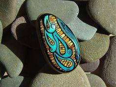 Materiál: pieskovec Technika: maľba - latex; anilínové a vodové farby + tuš Povrchová úprava: syntetický bezfarebný lak Na spodku kamienka je prilepený 3 cm veľký brošňový špendlík dvojzložko...