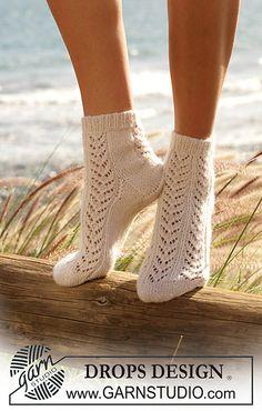 Women - Free knitting patterns and crochet patterns by DROPS Design Lace Socks, Crochet Socks, Wool Socks, Knit Crochet, Knit Lace, Lace Knitting, Knitting Socks, Knitting Patterns Free, Free Pattern