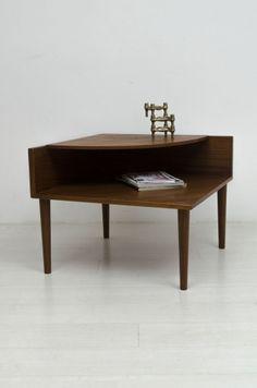 Mooie teak houten hoektafel met twee verdiepingen afkomstig uit Noorwegen. Ideaal al bijzettafel naast een bankstel. De tafel is in goed staat.