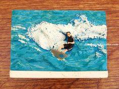 Imán nevera modelo SURFISTA (7 x 5 cm). Fabricado en resina y pintado a mano. Muy útil para sujetar notas, dibujos, tickets... o simplemente como artículo de decoración.