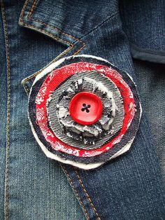 Red and Denim Brooch Work ideas Rote und Denim Brosche Fabric Brooch, Felt Brooch, Felt Fabric, Fabric Art, Fabric Scraps, Jean Crafts, Denim Crafts, Brooches Handmade, Handmade Flowers