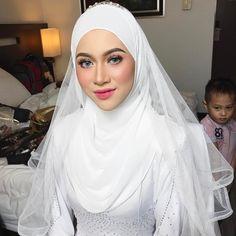 New Makeup Bridal Muslim Ideas Hijabi Wedding, Wedding Hijab Styles, Muslimah Wedding Dress, Muslim Wedding Dresses, Disney Wedding Dresses, Muslim Brides, Bridal Hijab, Hijab Bride, Bridal Makeup Looks