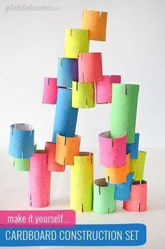 Toilettenpapierrollen werden zu einer Ritterburg. Kinder basteln und bauen bestimmt gerne mit diesen bunten Bausteinen.