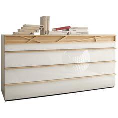 """Die Kommode """"Cutaro"""" ist der Hingucker in Ihrem Wohnzimmer. Die 4 ca. 160 cm großen Schubladen aus bruchsicherem Farbglas werden durch Griffleisten in hellem Eschenholz ergänzt und sind mit Soft-Close-System ausgestattet. Abgerundet wird das chice Design mit einer gläsernen Abdeckplatte, auf der sie Ihre Bücher und Dekoartikel in Szene setzen können. Überzeugen Sie sich selbst von dieser modernen Kommode in gewohnter HÜLSTA-Qualität!"""