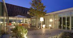 fotografía: Celia de Coca , arquitecto: Gonzalez Cordón, casa de diseño en hormigón y cristal estilo años 50 con patio abierto