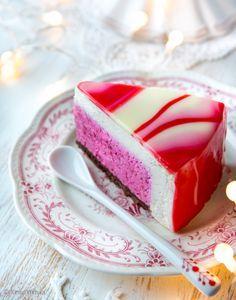 Ilmassa on joulun taikaa, kun kakku kätkee sisäänsä herkullisen yllätyksen. Täyte muodostuu piilokakun raikkaasta puolukasta ja sitä ympäröivästä täyteläisestä luumu-kanelikerroksesta. Kakun päällä on efektikuorrute, joka on oma versioni Mirror glaze -tekniikasta.