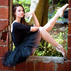 Look for poses for your upcoming pointe photos? Look no further. These beautiful shots will offer plenty of ideas to show off your style and grace. Jazz Dance Poses, Dance Picture Poses, Dance Photo Shoot, Dance Pics, Dance Photoshoot Ideas, Dancers Pose, Dance Senior Pictures, Ballet Pictures, Dance Senior Portraits