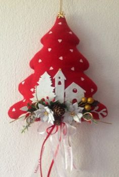 Albero natalizio fuori porta in stoffa Fabric Christmas Trees, Felt Christmas Decorations, Crochet Christmas Ornaments, Christmas Bows, Christmas Sewing, Christmas Embroidery, Handmade Christmas, Christmas Makes, Fabric Ornaments