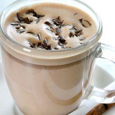 Una bebida para calentar en los meses de frio a toda la familia.  La receta de chocolate caliente cuenta con leche para consistencia y chocolate amargo para un sabor delicioso.