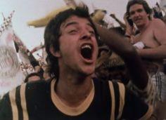 """""""O torcedor, as charangas, a bilheteria. O gramado, a superlotação, os PMs. O arbitro, os cantos de guerra: o torcedor. Tudo, em """"todomundo"""", documentário finalizado em 1980, une-se para contemplar o grande astro: a bola."""""""