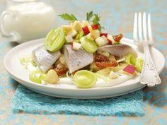 Heringssalat mit Sultaninen und saurer Sahne ist ein Rezept mit frischen Zutaten aus der Kategorie Meerwasserfisch. Probieren Sie dieses und weitere Rezepte von EAT SMARTER!