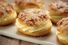 Bei diesem Rezept handelt es sich um einen Leserwunsch! Bienenstich ist ein traditioneller Hefeteigkuchen, der auf der Oberseite einen Belag aus Mandel-, Zucker-, Honig-,Obermasse hat, die beim Ba...